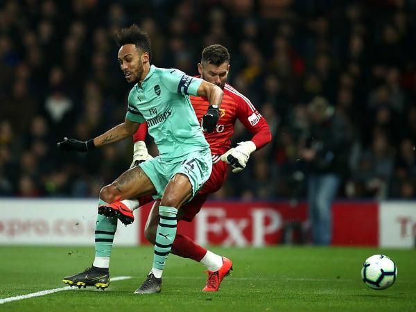 Arsenal quay lại top 4 nhờ vào sai lầm của thủ thành Watford