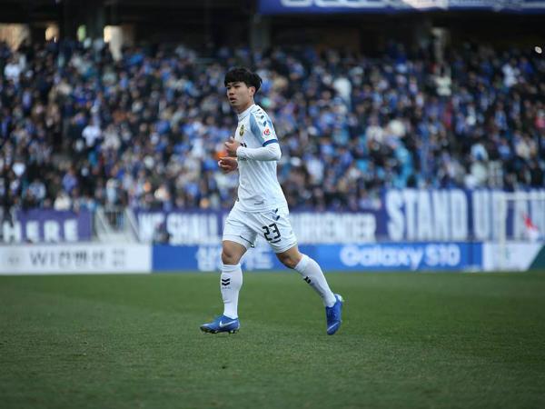 HLV Incheon United nhận xét về Công Phượng khi anh đá chính